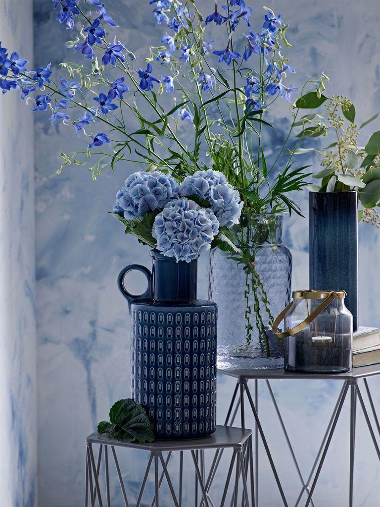 Чернильные синие - В противовес пастельным тонам последних лет в интерьерах чаще появляются насыщенные оттенки синего: индиго, чернильный, сапфир. Дизайнеры используют различные оттенки в одном помещении и разбавляют их металлами и камнем.