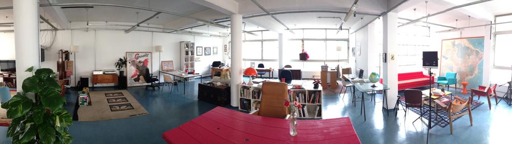 Bem-vindo ao estúdio de jornalismo Fluxo. Após 8 meses de construção coletiva — e mobília doada —, é hora de produzir