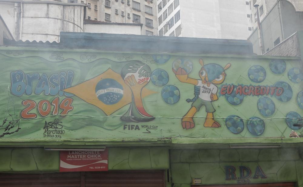 Rua Capitão Salomão: tear gas, with Fuleco. Go Brazil!