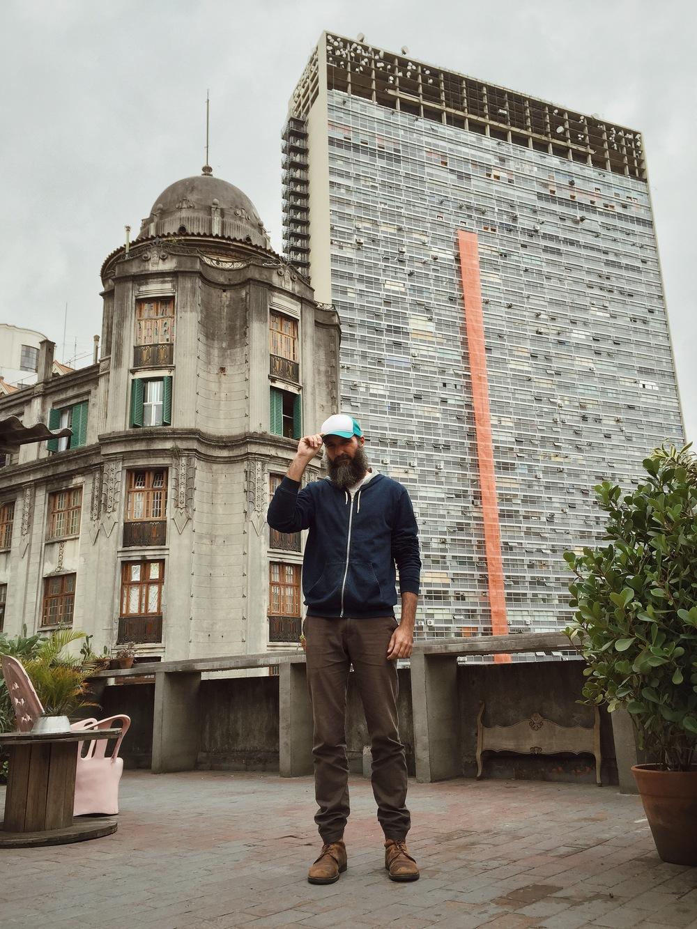 Alisson Louback no terraço do Farol, o prédio onde fica o Estúdio Fluxo.