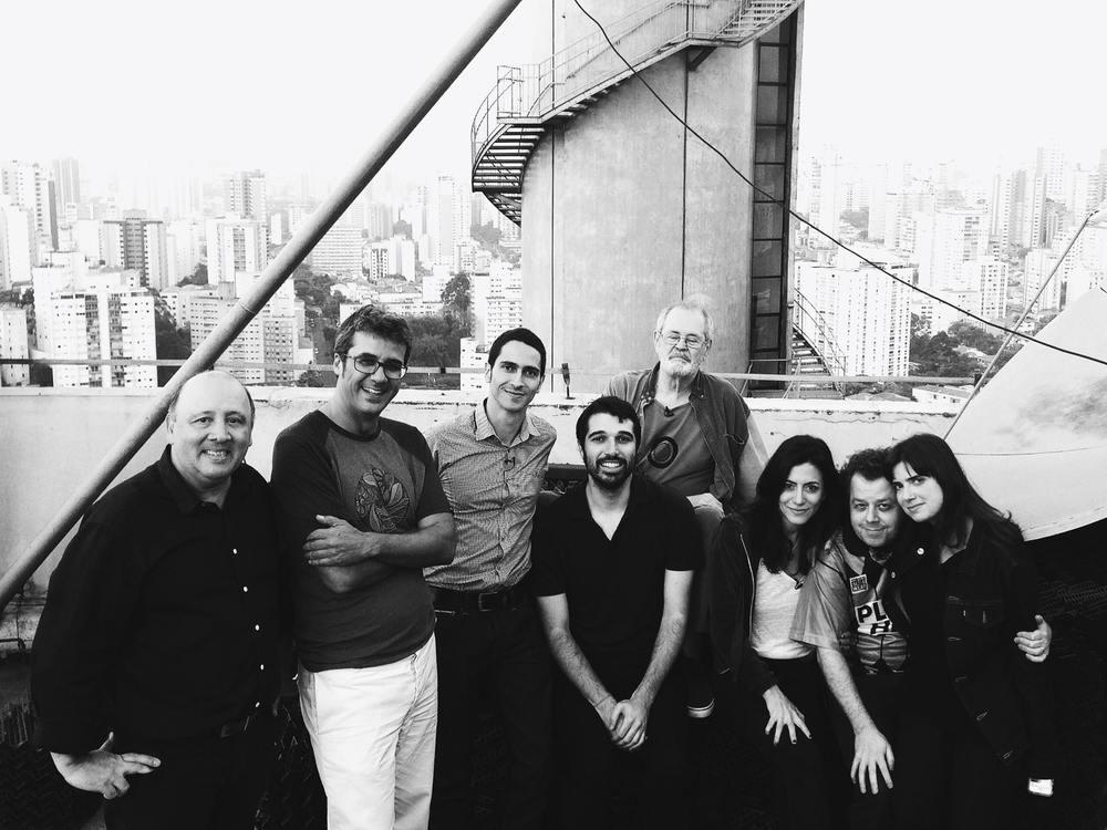 Valtinho, Zico Góes, Ronaldo Lemos, eu, Cláudio Prado, Marina Person, André Vaisman e Susana Jeha no topo do prédio, aos pés da antena da MTV.
