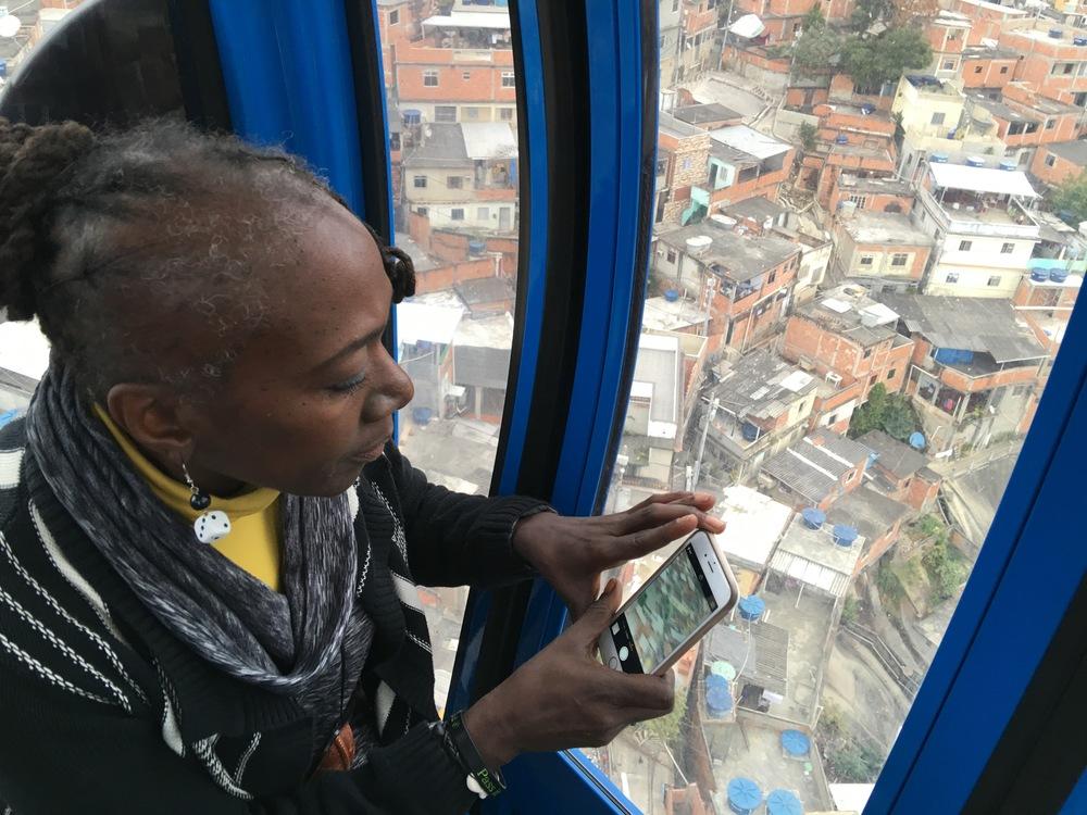 Deborah Small, no primeiro dia no Rio de Janeiro,em visita ao Complexo do Alemão