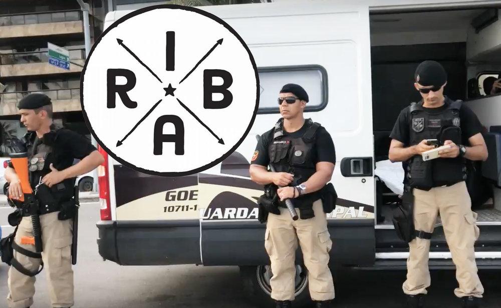 TUDO EM RIBA NO LEBLON - Enquanto Michel Temer anunciava a intervenção militar federal no RJ, uma grande operação policial em frente ao quiosque RIBA (de empresários acusados de corrupção e lavagem de dinheiro na Lava Jato) apreendia mercadorias de um casal de ambulantes.