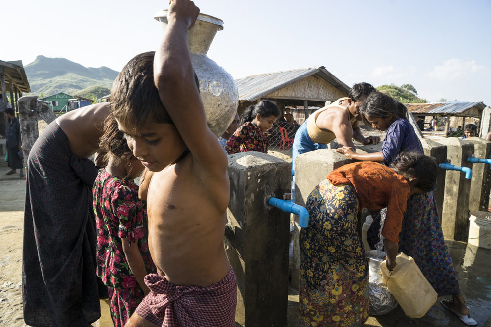 Children collect clean and safe water from a tap stand in Kyein Ni Pyin camp, Photo: UNICEF/Tham