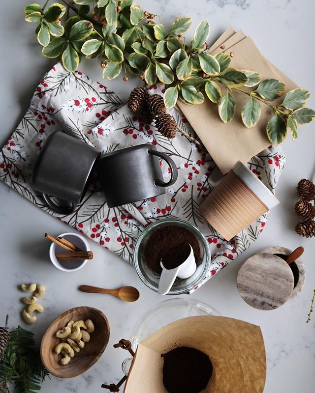 'tis the season for cozy mornings & creamy coffee🎄 there's a recipe on the site for an easy creamy cashew latte that we love ❤️ happy Christmas Eve!