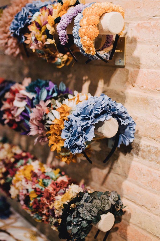 Nuestro ingrediente principal es la flor preservada. Sin embargo, también trabajamos con flores de tela, plumas y otros materiales.