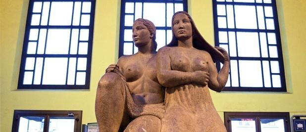 """myswitzerland.com - stazione ferroviaria di chiasso: """"Italia e Svizzera"""", opera della scultrice Margherita Osswald Toppi realizzata nel 1933"""