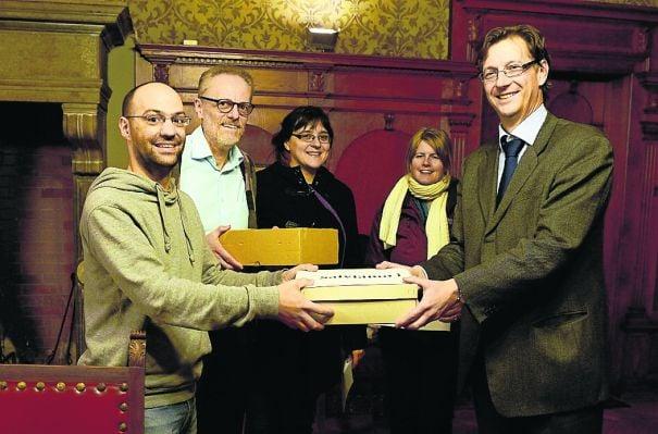 La consegna delle firme a sostegno del referendum contro la variante. (Foto Maffi)