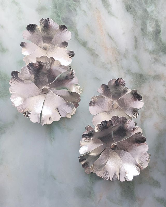 "Aurinkoista pääsiäistä. Tässä sinulle kukkasia sen kunniaksi. Koukkukorvikset uudesta ""Kedon yrtit"" sarjasta. ~ Here's some flowers for you. Pendant earrings made out of recycled sterling silver."