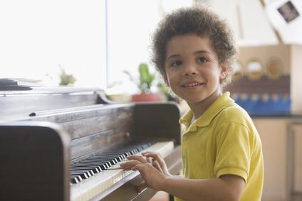 Afroamerikanisches Kind beim Klavierunterricht