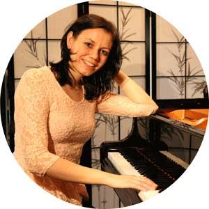 """<a href=""""http://www.klavierstunde-muenchen.de/tamara-toth/"""">Tamara Tóth</a>"""