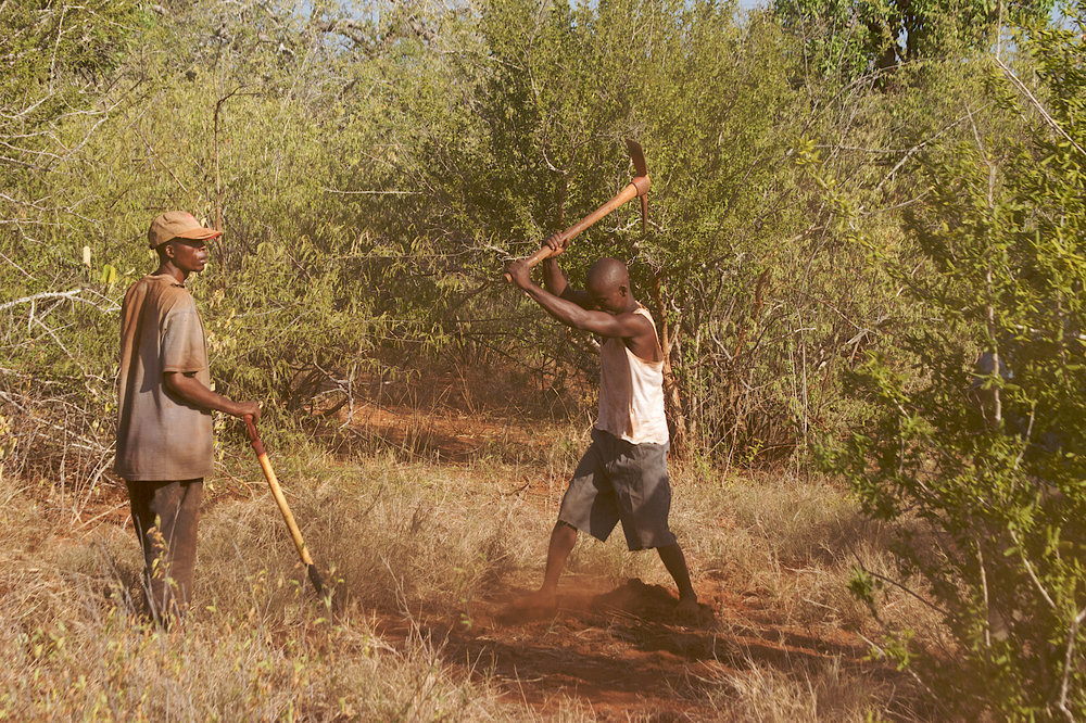 3034Umba--digging_gravel--TZjan09.jpg