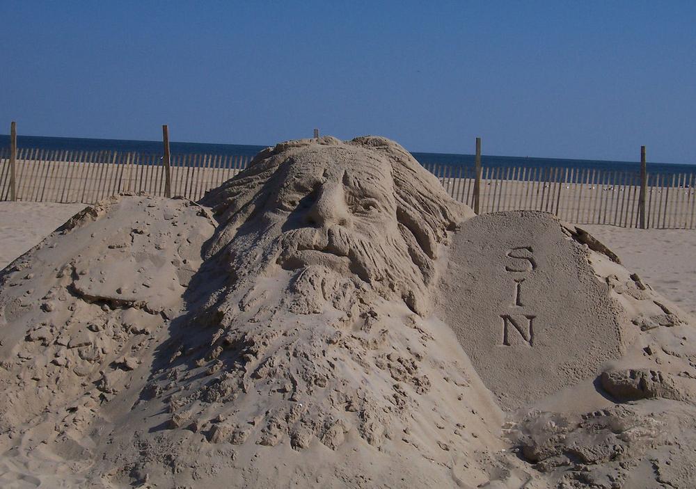 Photo:Jesus Sin Sand Sculpture, Public Domain