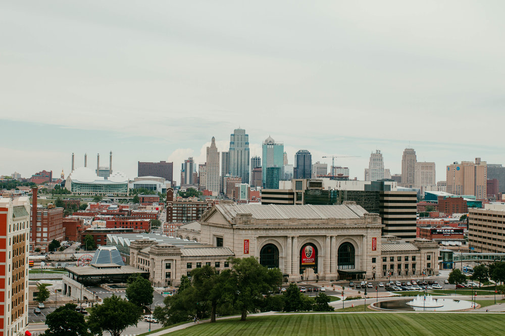 Skyline of Liberty Memorial Downtown Kansas City, Mo | Shelbie & Jospeh's Summer Love Story : Kansas City Wedding | Hanna Hill Photography