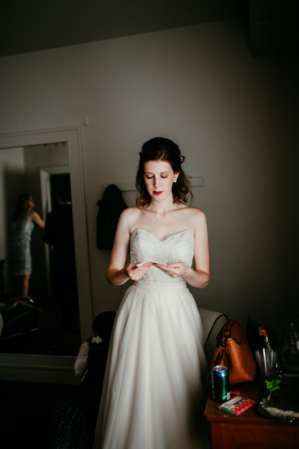Bride reading a letter before walking down the aisle | Shelbie & Jospeh's Summer Love Story : Kansas City Wedding | Hanna Hill Photography