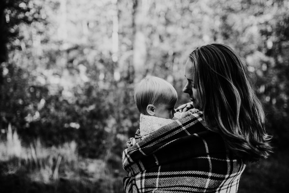 mother and daughter wrapped in a beautiful blanket | Durham, NC Family Photography | Hannahill photography | Brumley nature Preserve