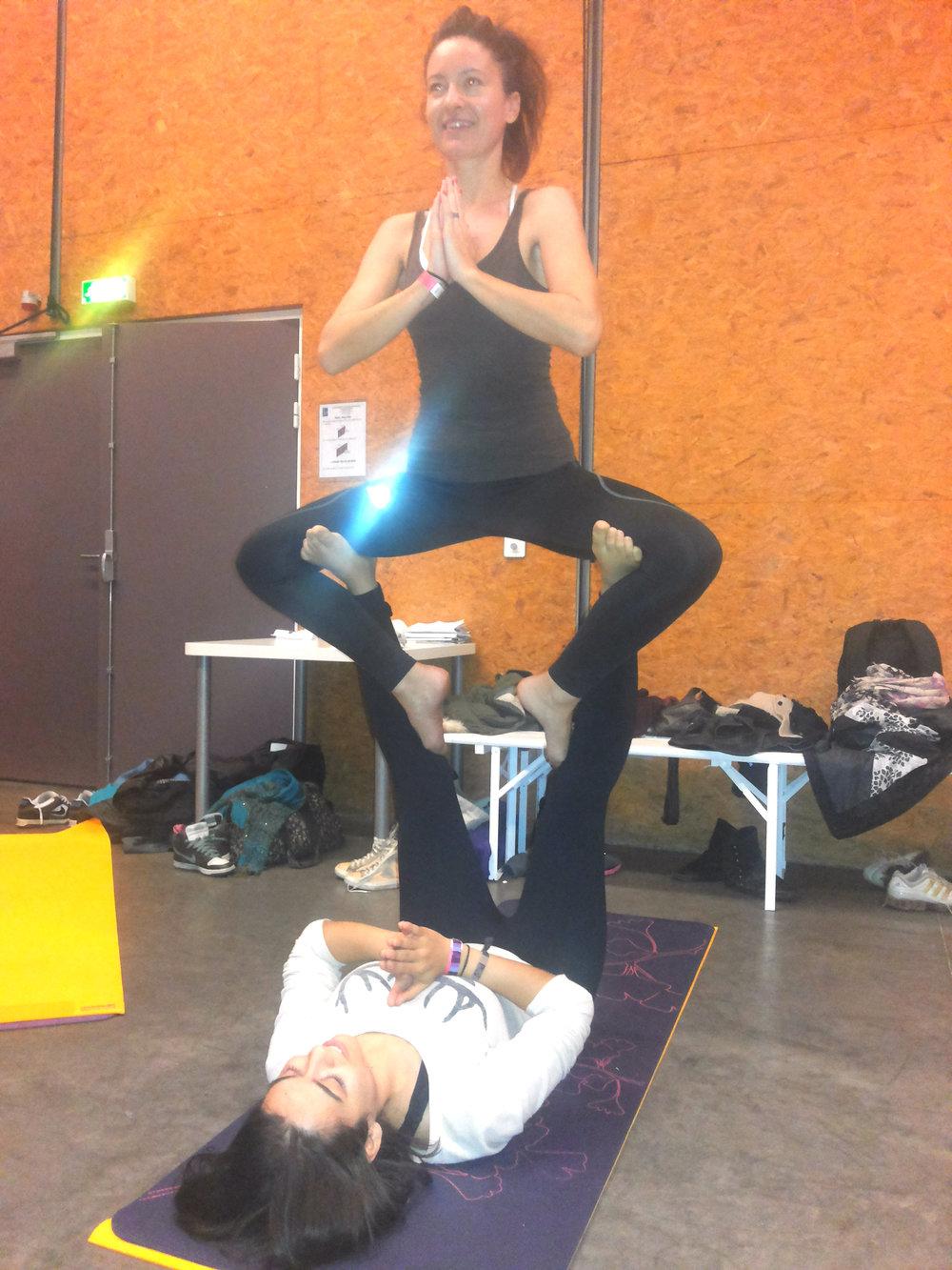 Des postures thérapeutiques d'acroyoga au festival Yoga à Paris.
