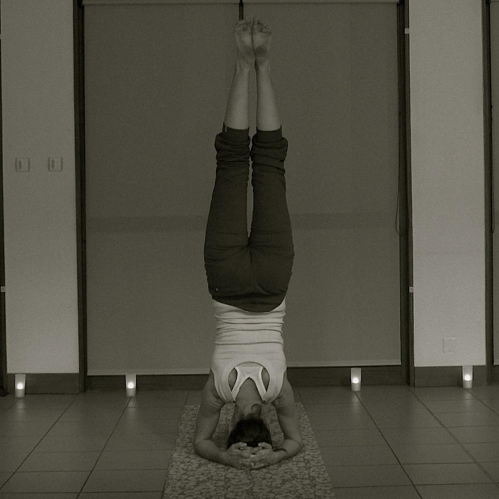 Posture de yoga inversée pour une meilleur circulation.