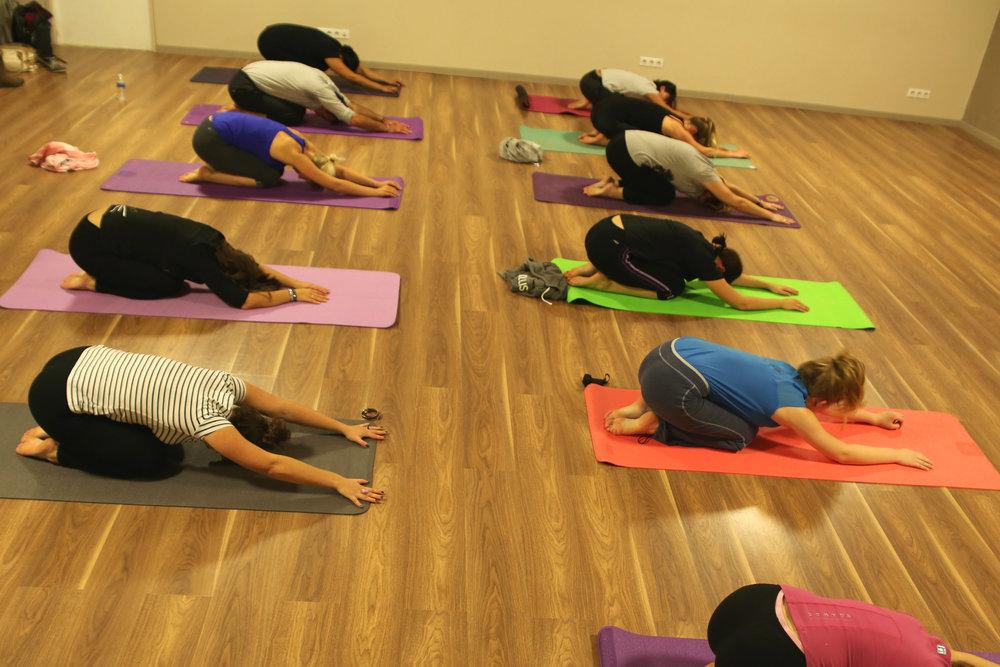 Posture de Yoga de relaxation : Balasana mais aussi pour étirer le bas du dos, la colonne et les bras.