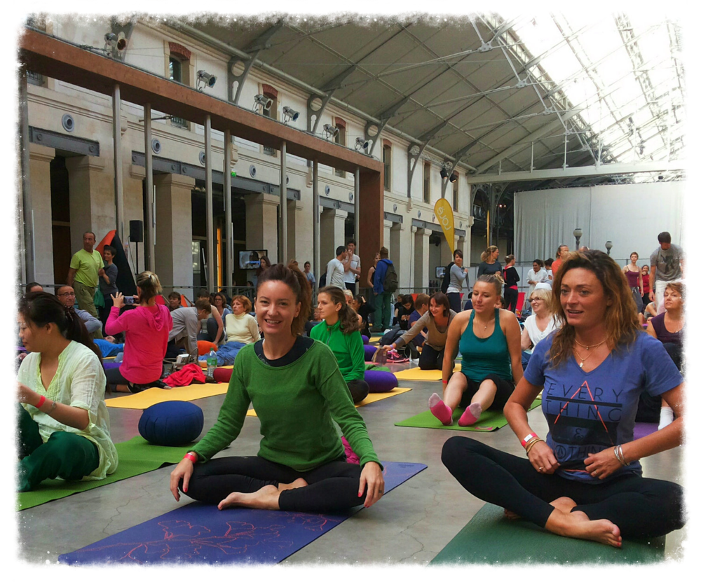 Préparation pour les 108 Surya Namaskar au festival de yoga à Paris.