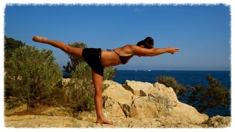 La posture de yoga tulandandasana renforce les jambes, les bras et ôte la tension de la colonne.