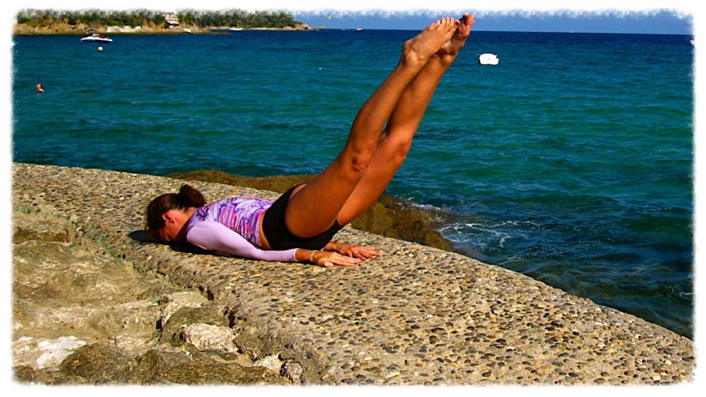 Posture de yoga shalabhasana pour renforcer le dos.