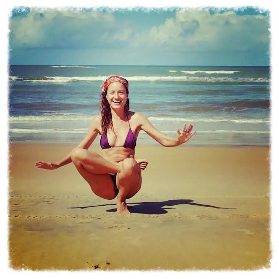 Yoga sur la plage de Trancoso, Bahia, au Brésil.
