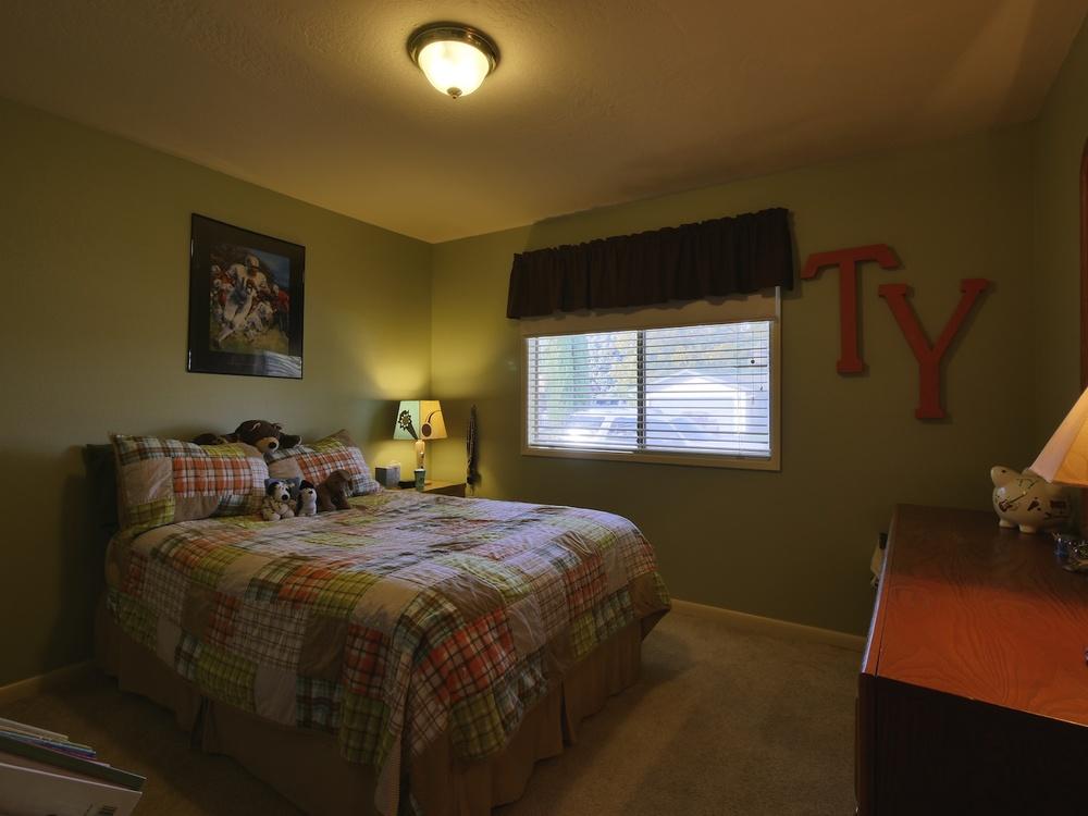 09_Bedroom3_549DriftwoodPlMedfordOR_2014-11-08_15-15-44_P1240462_©JosephLinaschke2014.jpg
