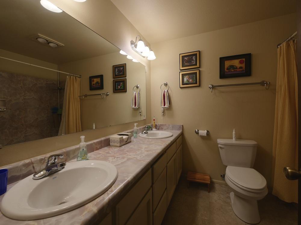 10_Bathroom_549DriftwoodPlMedfordOR_2014-11-08_15-09-54_P1240421_©JosephLinaschke2014.jpg