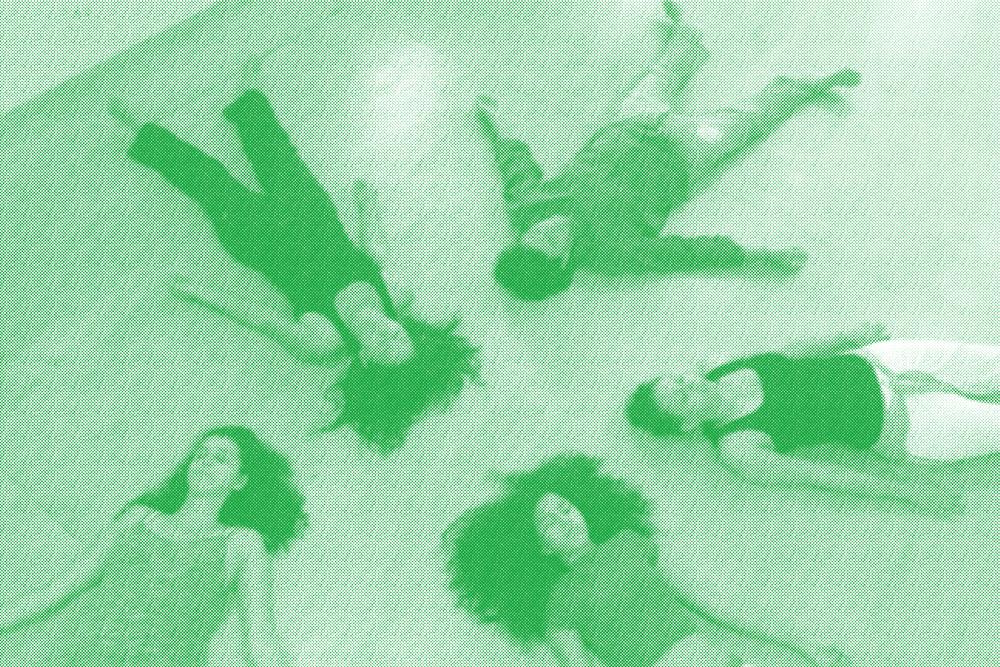 Cinco pessoas deitadas no chão, fazendo parte das atividade do Core Energetics.
