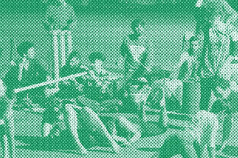 Grupo de pessoas dançando, tocando instrumentos feitos de canos de PVC em edição do Por Acaso.