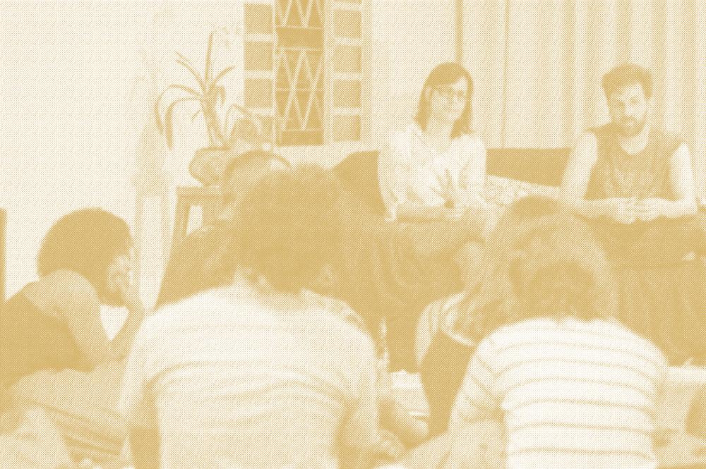 Dois palestrantes e um grupo de pessoas participando de uma edição do Encontro conversado.