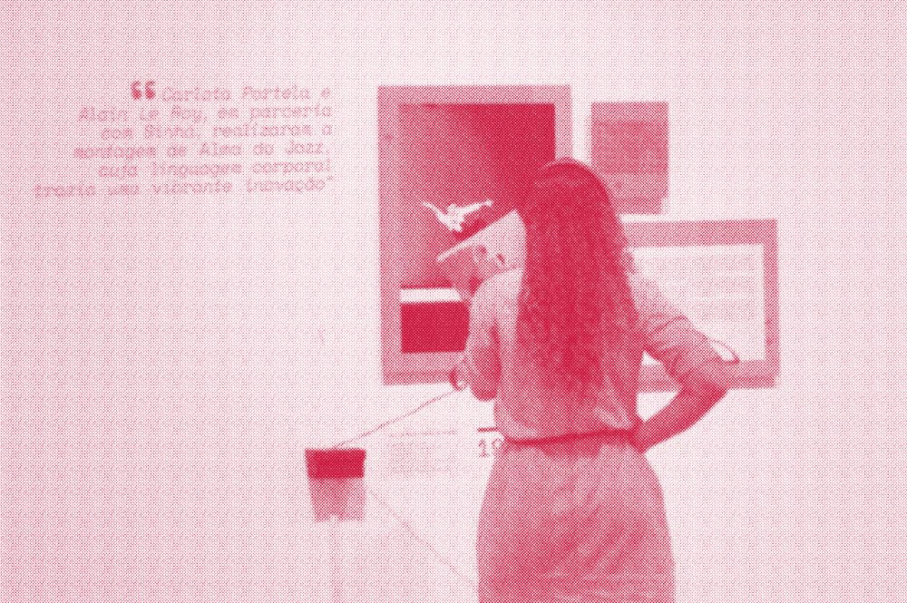 Mulher ouvindo áudio e observando fotografia na exposição Olhares Pra Dança.