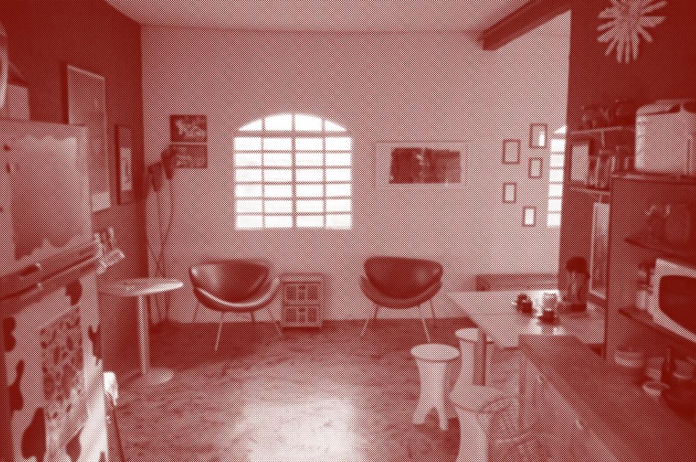 Sala de recepção casacorpo. Janela ao meio, duas cadeiras logo embaixo, quadro nas paredes, geladeira ao lado esquerdo e mesa com café à direita.