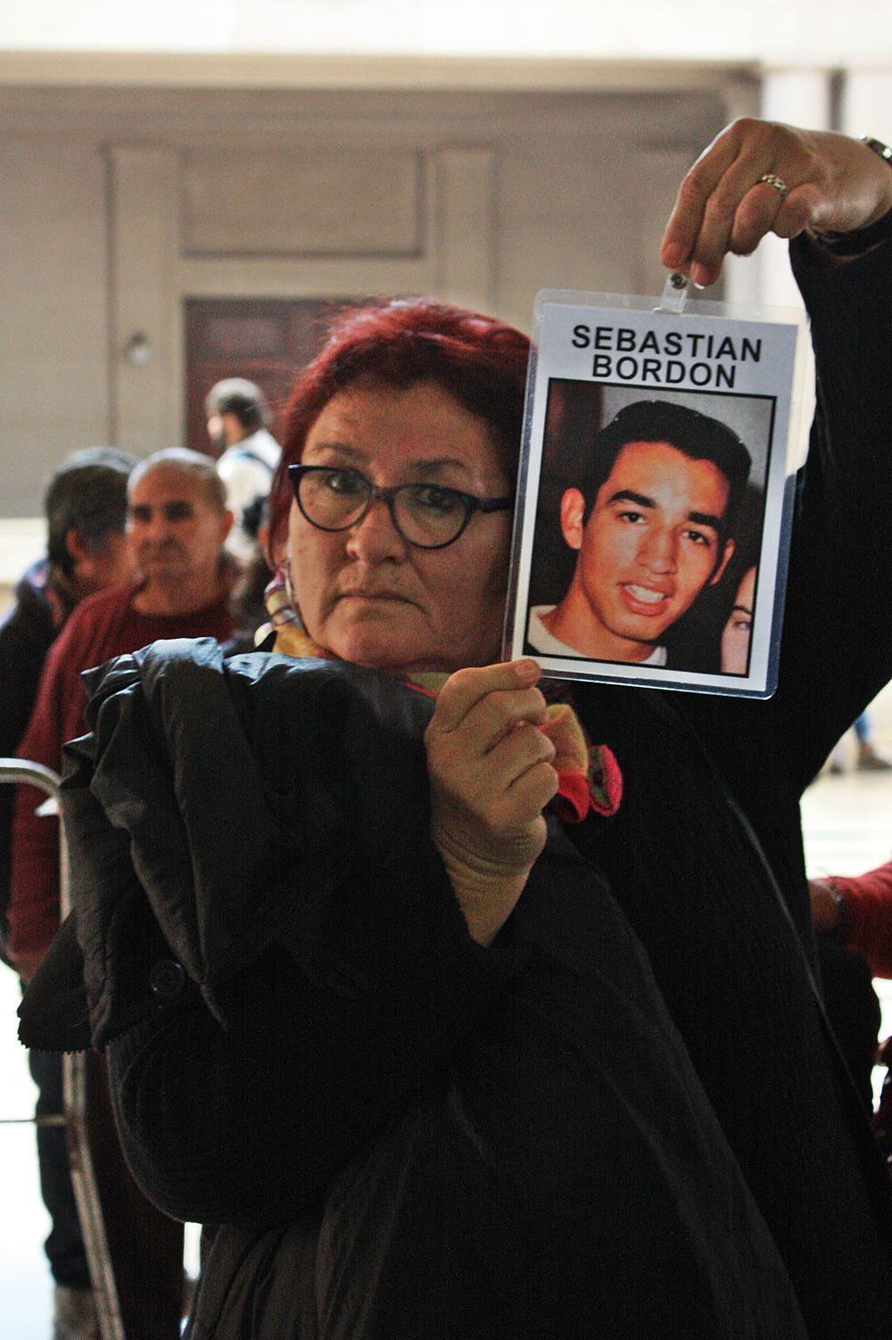 Miriam Medina, mamá de Sebastián Bordón, acompañó la sentencia y llevó en alto la foto de su hijo asesinado por la policía de Mendoza.