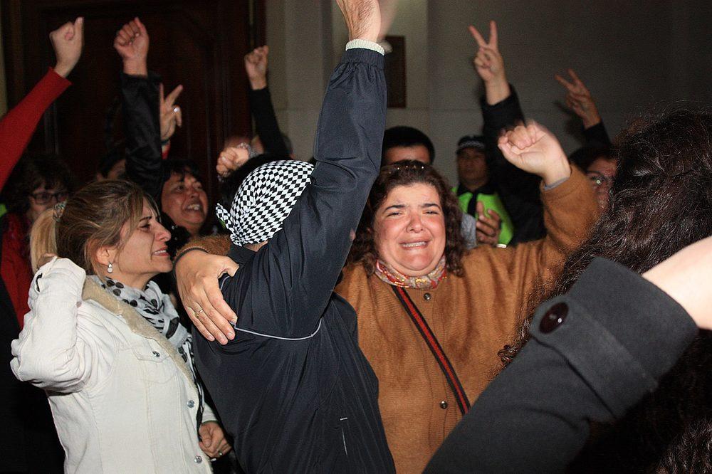 """Al grito de """"Ismael Lucena, presente"""", organizaciones políticas, sociales y de derechos humanos recibieron a Marcelo López y a la familia de Ismael fuera del palacio de tribunales."""