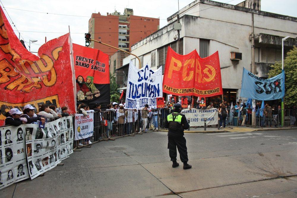 En la calle frente al TOF, partidos políticos, organizaciones sociales y organismos de derechos humanos acompañaron la primera audiencia.