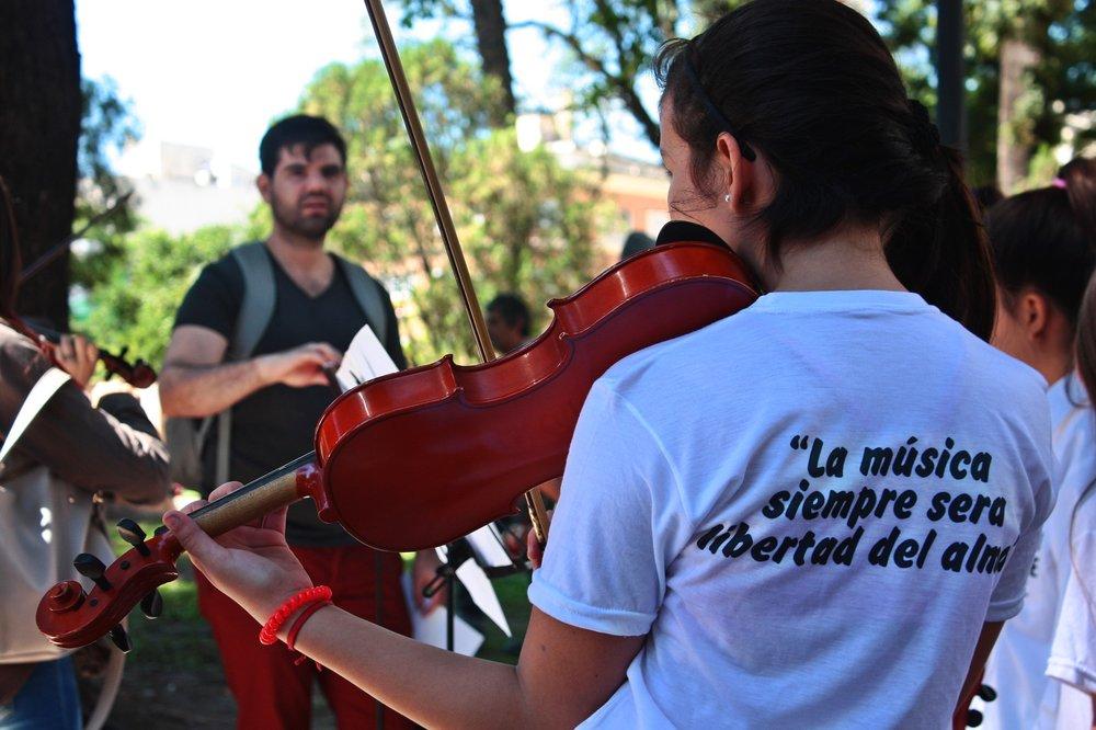 El futuro de CAJs, CAIs y Orquestas: Jornada de lucha y visibilización. 18 de marzo, plaza Independencia, Tucumán. Fotografía de Ignacio López Isasmendi.