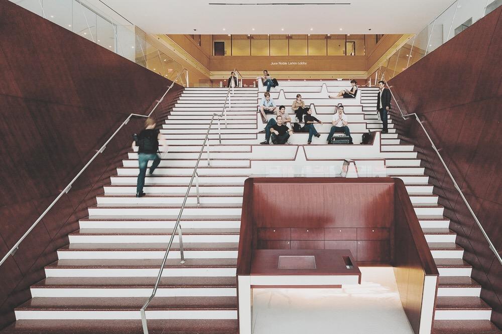 Juilliard 茱莉亞音樂院只允許考生本人上樓,每年所有家長及陪考的朋友們便會在這有名的樓梯上默默等待