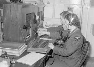 WAAF+with+radio+equipment.jpg