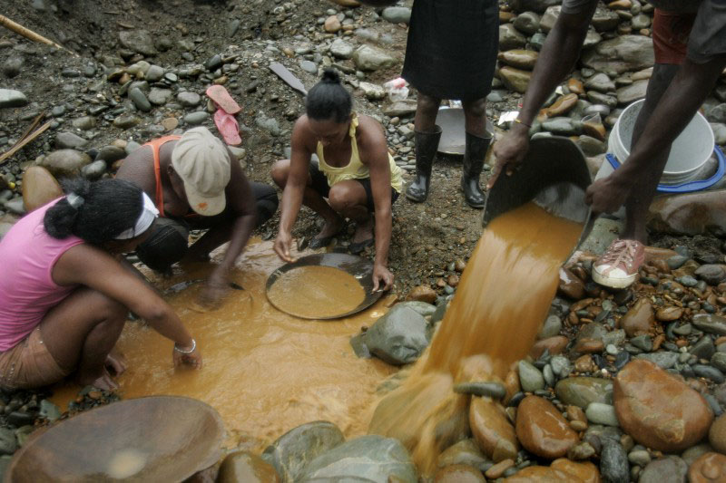 Women pan for gold along the Dagua River in Zaragoza, Colombia, Wednesday, July 8, 2009. Several families make a living by sifting through the silt of Dagua River in search for gold which they sell for US$20 per gram. (AP Photo/Christian Escobar Mora) CREDIT: AP PHOTO/CHRISTIAN ESCOBAR MORA. From article cited.