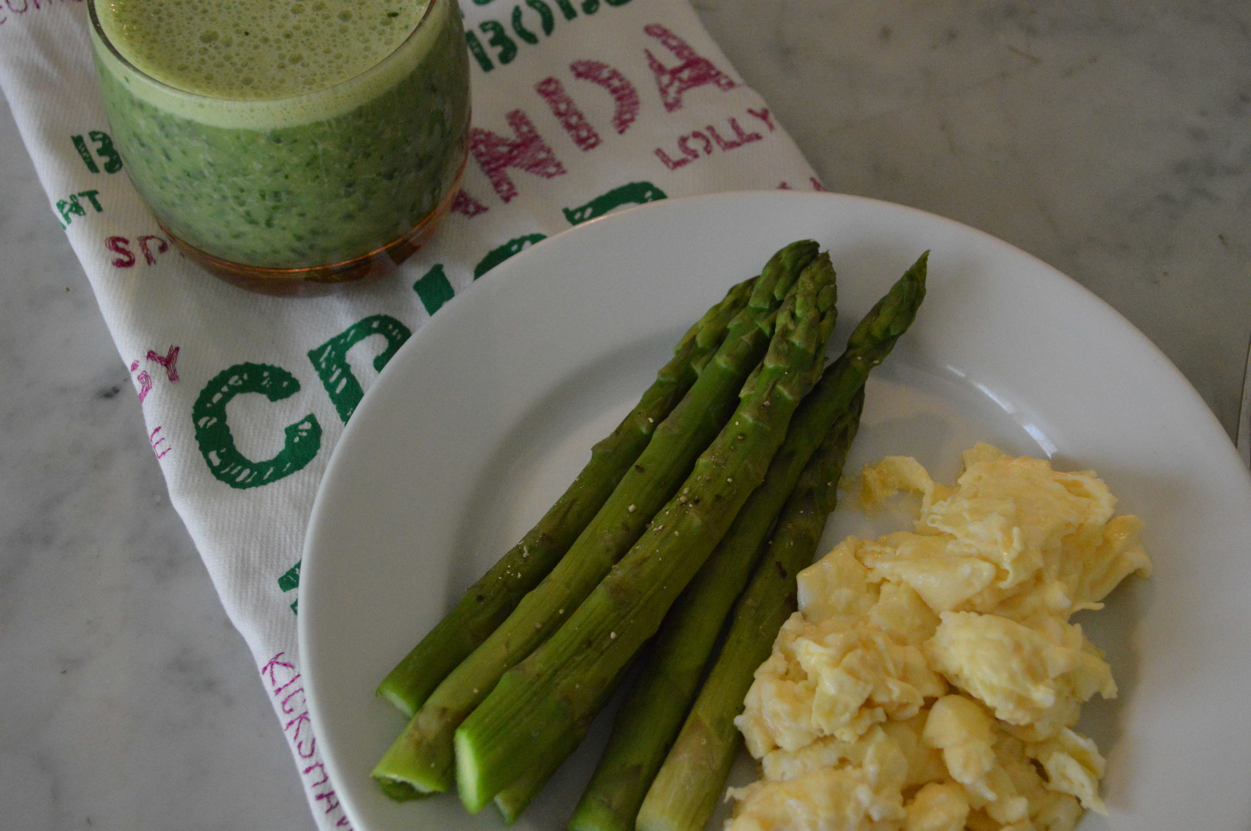 Fit Girl Breakfast - Green Smoothie + Eggs