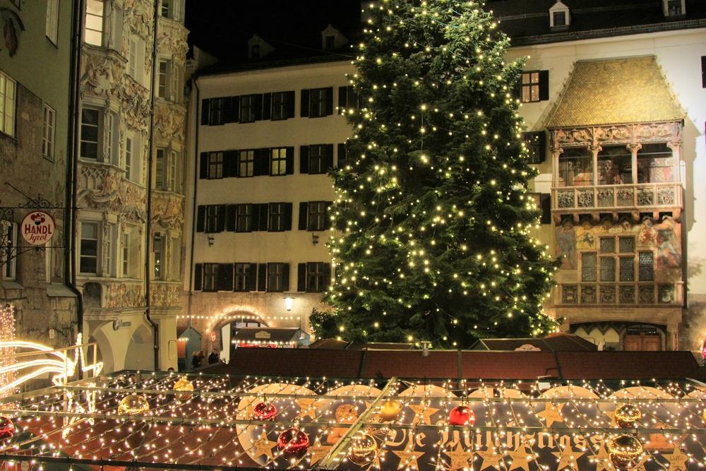 Goldenes-Dachl-Innsbruck-Christkindlmarkt-LaurenSchwaiger-Travel.jpg