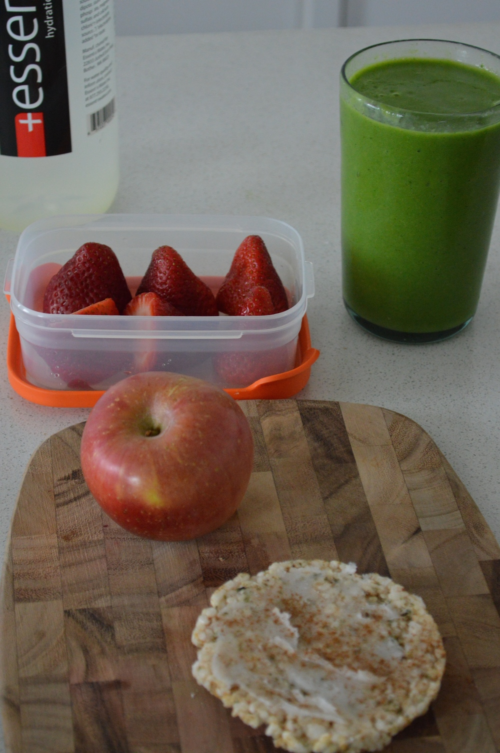 Green Smoothie for the road | Strawberries | Gala Apple | Rice Cake + Coconutt Oil & Cinnamon
