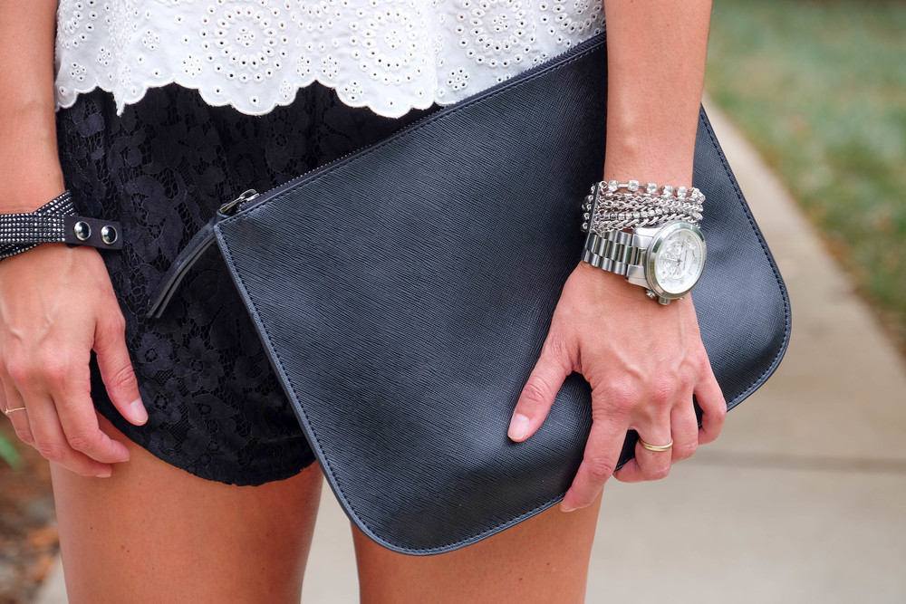 LaurenSchwaiger-Life-Style-Blog-Urban-Outfitters-Black-Oversized-Clutch.jpg
