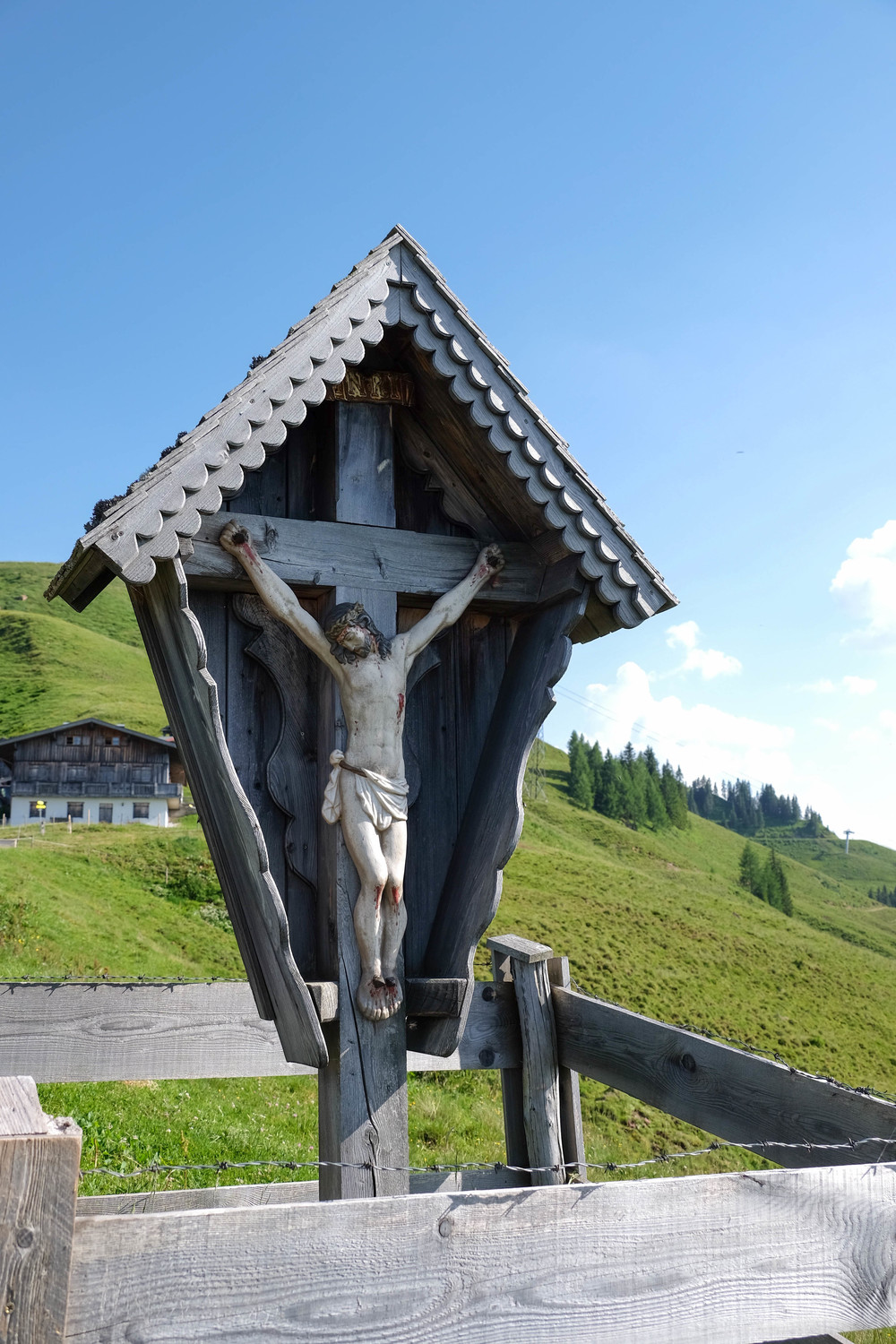 LaurenSchwaiger-Travel-Blog-Austria-Kitzbuhel-Crucifix.jpg