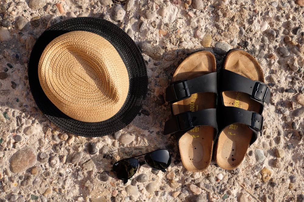 LaurenSchwaiger-Travel-Blog-Mallorca-Spain-Summer-Must-Haves-Birkenstocks-Rayban-Straw-Hat.jpg