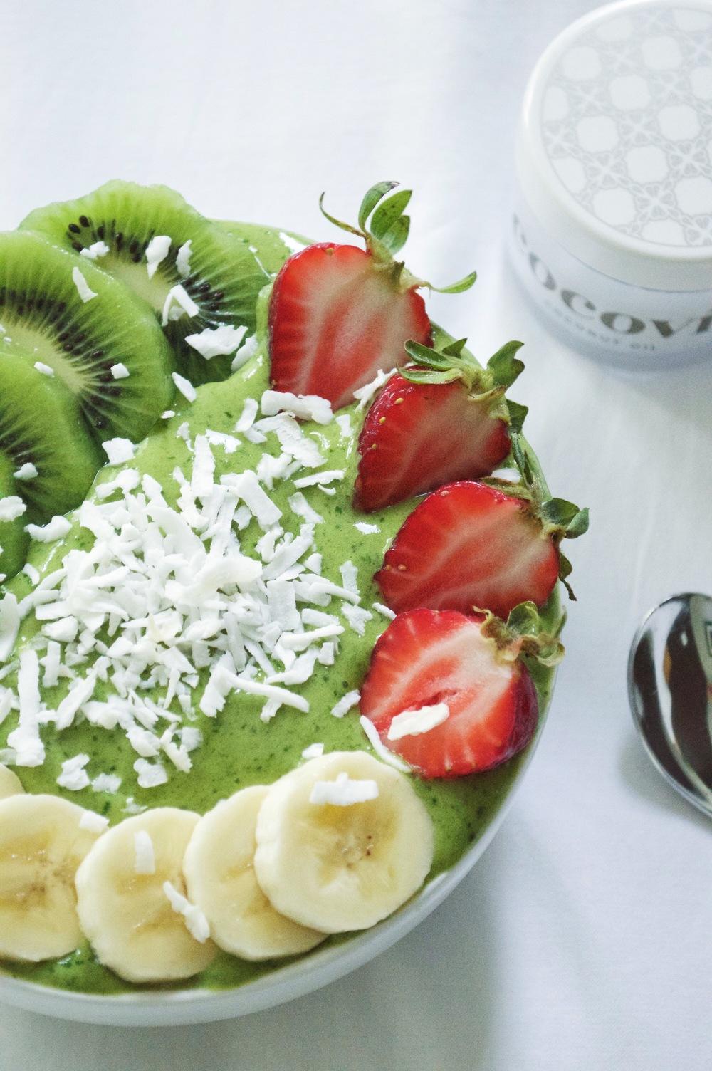 matcha-green-smoothie-bowl-cocovit-coconut-oil-laurenschwaiger-lifestyle-blog.jpg