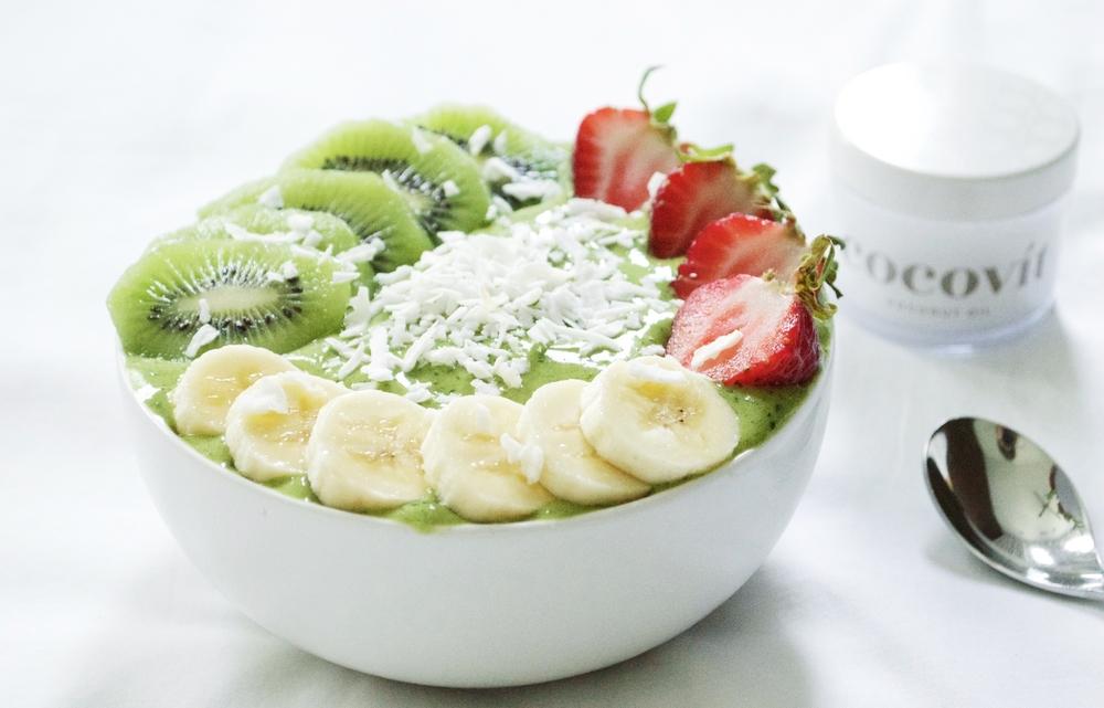 cocovit-coconut-oil-matcha-green-smoothie-bowl-laurenschwaiger-lifestyle-blog.jpg