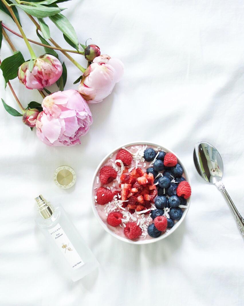 strawberry-banana-smoothie-bowl-laurenschwaiger-healthy-lifestyle-blog.jpg